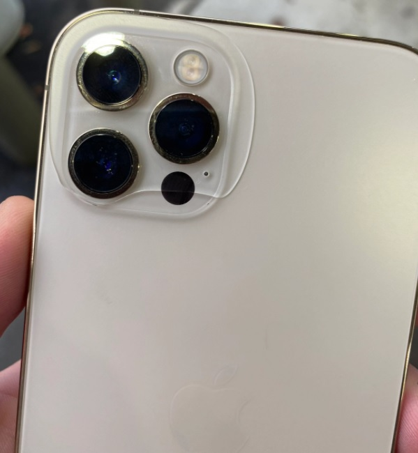Frightening claim The paint of the iPhone 12 is peeling off it is breaking 2