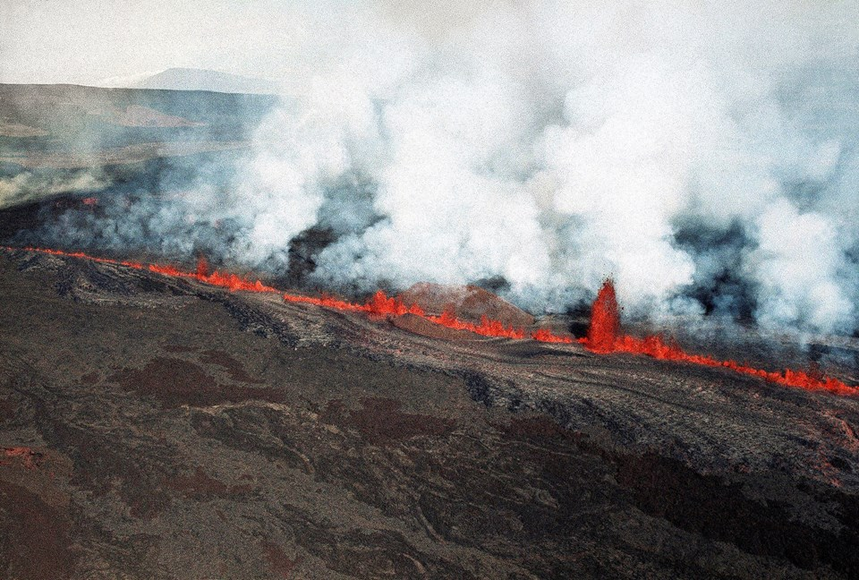 Mauna Loa the worlds largest volcano wakes up 1