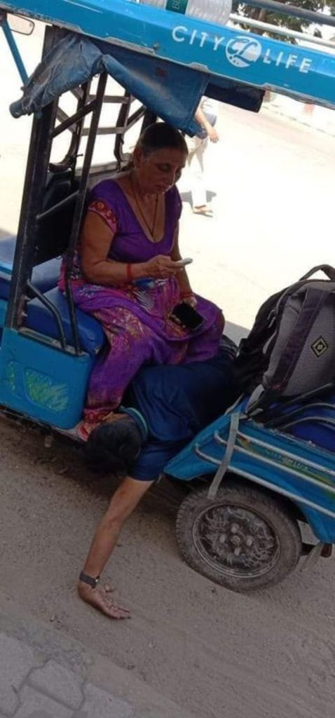 Sad picture in India This is how the mother carried her dead son 1