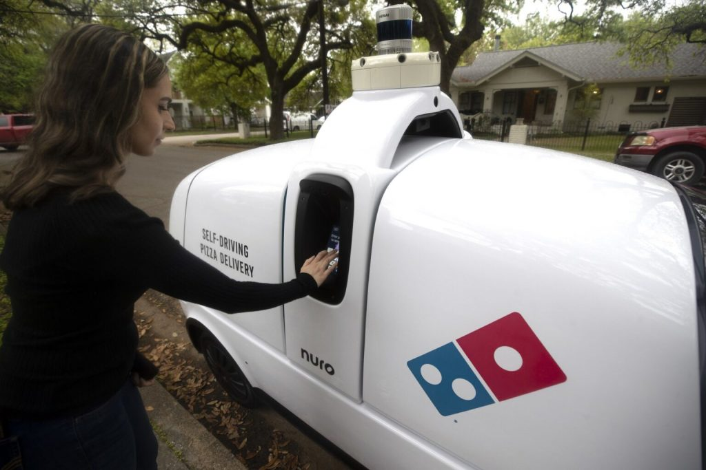 The era of pizza delivery with the robot begins 1