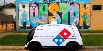 The era of pizza delivery with the robot begins